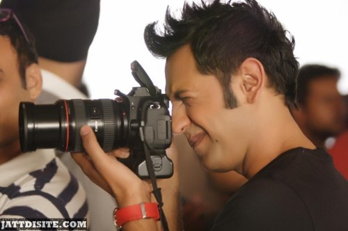 Gippy-grewal-Is-Taking-A-Picture